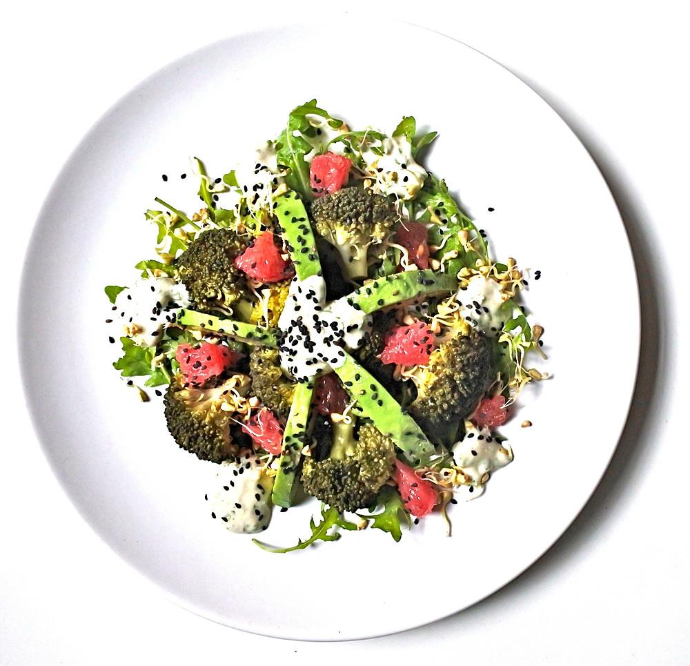Salade de brocoli, roquette, avocat, pamplemousse, sarrasin germé et sésame noir