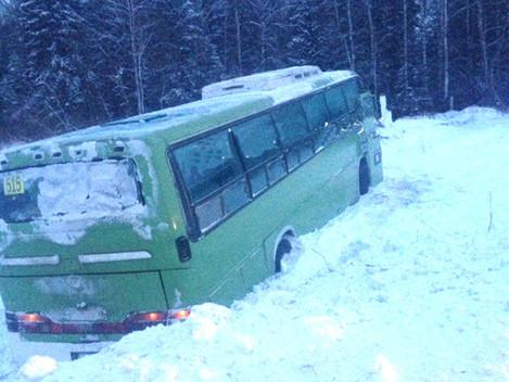 Автобус съехал с трассы
