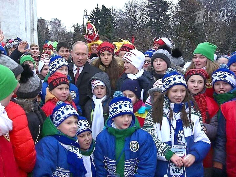 Рустам Картофин в центре в белом шарфе