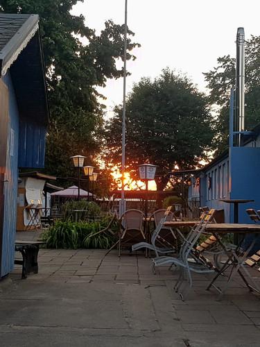 Die Laube Eingang Biergarten Sonnenunter