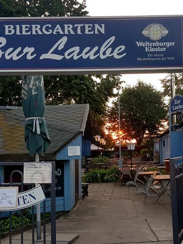 Die Laube Eingangsbereich Biergarten.jpg