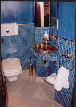 Toilettes_habillées_en_mosaïques_de_verre_et_ors