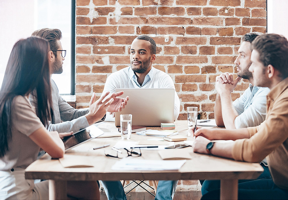 Det er frustrerende å snakke med folk som ikke lytter, spesielt på jobb. God kommunikasjon er nemlig alfa og omega for et godt samarbeid. Derfor bør du jobbe for å bli en bedre lytter. Det er mange fordeler knyttet til å være en god lytter, både på arbeidsplassen og privat.