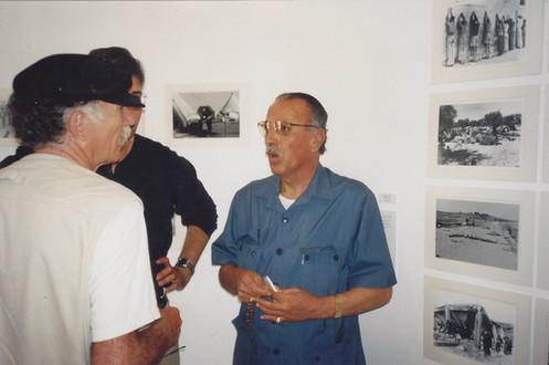 מרחב של מרחקים, זכי זערור ליד תצלומי אביו עם שלמה ערד, מאי 1999