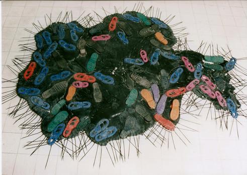 איון, עיצוב, שטיח סוליות ואזיקונים, עבודה של זיויה ועמי דרך, אוקטובר 1997