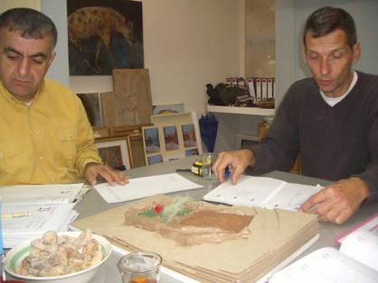 הנס פלדה וסעיד אבו שקרה בוחנים את המודל לגינת חצר אלחלאייל