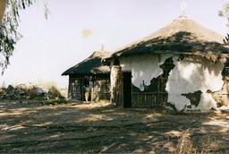 גשר מזהב, אוצרות שטח, קהילת יוצאי אתיופיה, מבני גוז'ו ליד מרכז קליטה חולדה, אוקטובר 1998