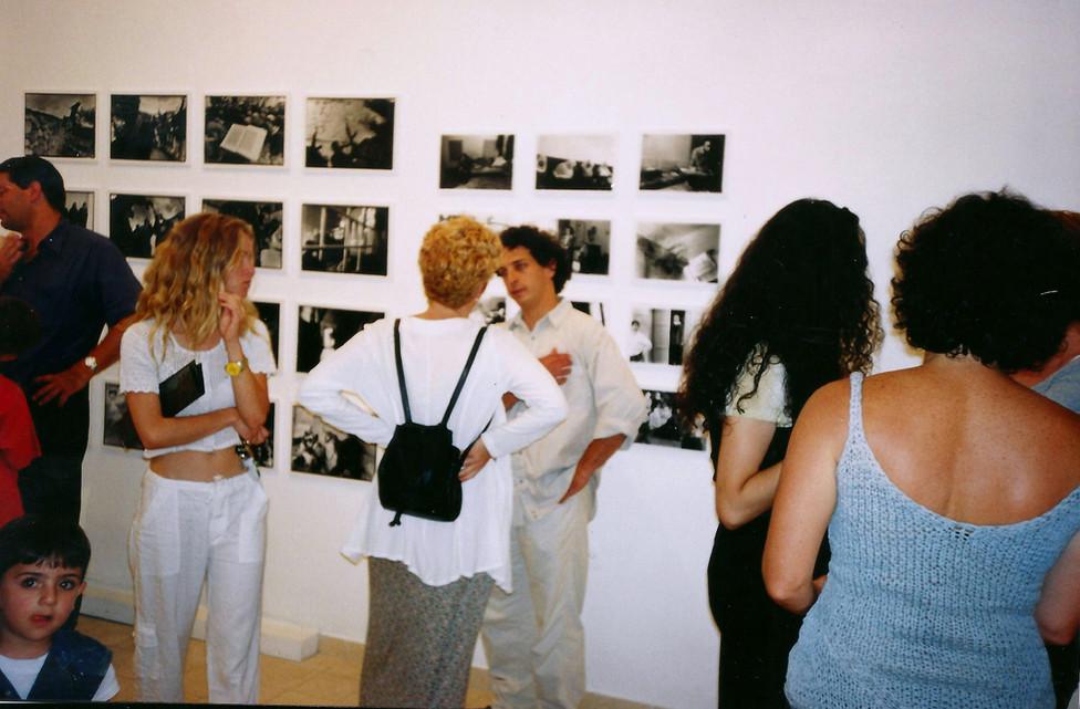 מרחב של מרחקים, אלדד רפאלי ליד עבודותיו, מאי 1999
