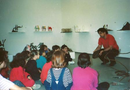 ילדים בתערוכת מנשה קדישמן בגלריית הסדנא לאמנות רמת אליהו, אפריל 1992