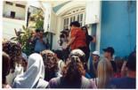 """תקוה לוי עולה לשאת דברים, בעין צעירה, נוער, אמנות, קולנוע, קהילה, פרויקט של ארגון הל""""ה, מאי 2001"""