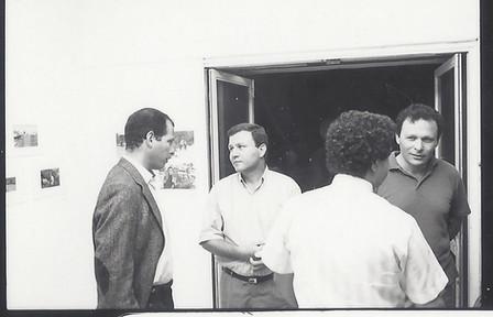 מאיר שטרית ושוקה גלוטמן בפתיחת התערוכה, מצלמים ביבנה, מאי 1989