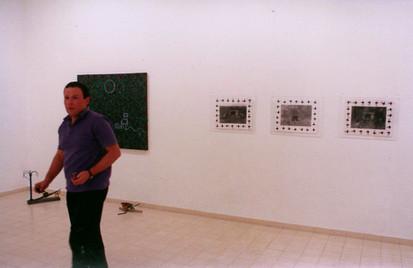 שוקה גלוטמן בהצבת תערוכת הפתיחה, עמי שטייניץ אמנות עכשווית, ינואר 1990