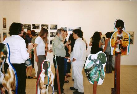 מרחב של מרחקים, אלדד רפאלי עם מיכה ברעם ליד המיצב של שמעון לב, מאי 1999