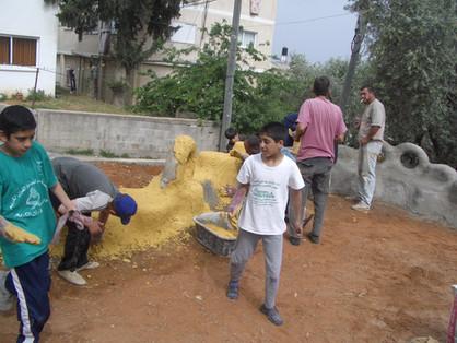 בניית הגינה בעבודה משותפת עם השכנים וילדיהם