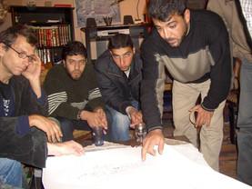 פגישת תכנון בביתו של מוחמד עלי דיאב, עומד מימין, משמאל הנס פלדה