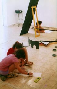 הנחיית ילדים בתערוכת היחיד של בילו בליך, אוקטובר 1985