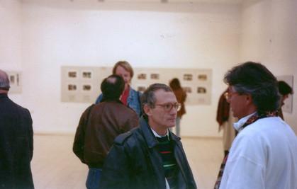ג'ים הולנדר ואלכס ליבק בתערוכה מעבר לקו, צילומי עיתונות מהאינתיפאדה, דצמבר 1991