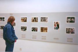 סוון נקסטרנד מתבונן בתערוכת מעבר לקו, צילומי עיתונות מהאינתיפאדה, דצמבר 1991