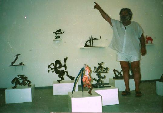 מנשה קדישמן בתערוכת היחיד שלו, גלריית הסדנא לאמנות רמת-אליהו, אפריל 1992