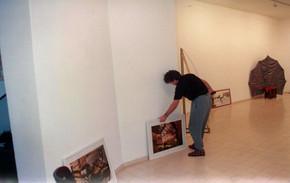 הצבת תערוכת הפתיחה, עמי שטייניץ אמנות עכשווית, ינואר 1990