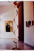 בלוק, התערוכה, פסל ציון אלגרבלי וברקע ציור של עפרה עברון, ינואר 1997