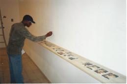 גאנה בישראל, אוצרות שטח, ג'וני רושם על הקיר את סיפור התמונות על המדף, מרץ 2001