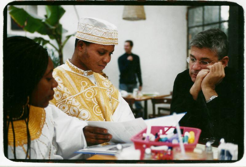 ג'וני ובת זוגו איילין נפרדים לפני שובם לגאנה, צילום: מירי יהודה, מרץ 2001