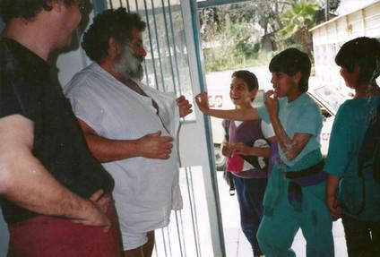 מנשה קדישמן משוחח עם ילדים, גלריית הסדנא לאמנות רמת-אליהו, אפריל 1992