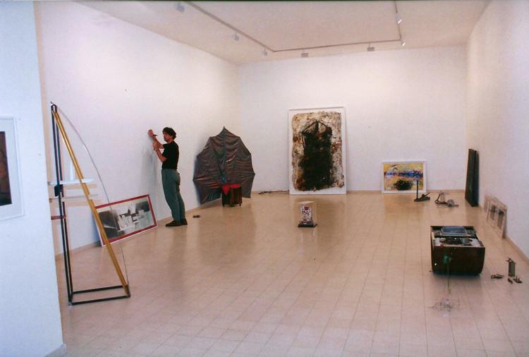 הצבת תערוכת הפתיחה, ינואר 1991