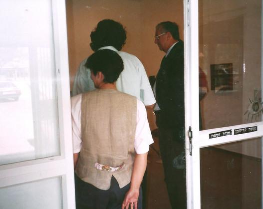 מאיר ניצן, ראש העיר ראשון-לציון, מבקר בתערוכת מנשה קדישמן, אפריל 1992