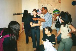 """אחמד מסרי, מורה לקולנוע עם תלמידותיו מנצרת, בעין צעירה, נוער, אמנות, קולנוע, קהילה, פרויקט של ארגון הל""""ה, מאי 2001"""