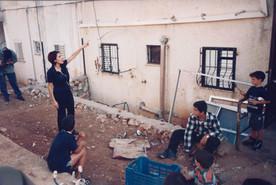 בלוק, תהליך אוצרות שטח, חן שיש ליד הבלוק בו גדלה, צפת, ינואר 1997