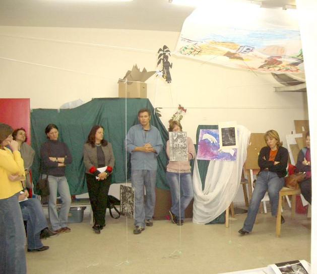 גיל גורן ולימינו מפקחת האמנות שוש שגיא בסיכום השתלמות גלריה ואוצרות, יוני 2006
