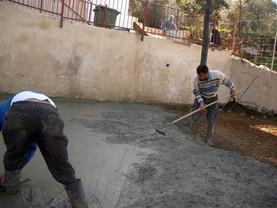 מוחמד עלי דיאב ושכן בעת יציקת מגרש המשחקים בחצר אלחלאייל