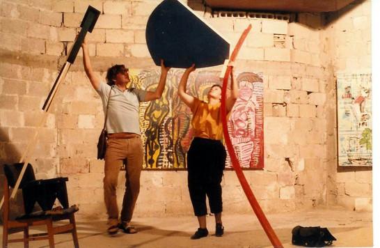 דוד וקשטיין מסייע לדרורה דומיני לפרק את עבודתה