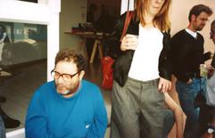 יחידים במינן, רפי לביא בפתיחת התערוכה, מרץ 1999