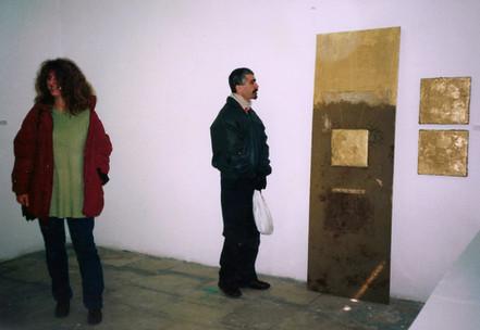 בלוק, תהליך אוצרות שטח, ציון אלגרבלי ועפרה עברון ליד עבודה של חן שיש, צפת, ינואר 1997