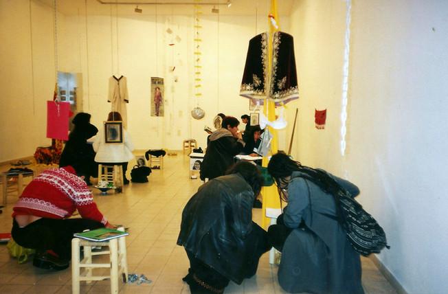 מזרחיות, אצרה, שולה קשת. יומן על שרפרף וחפצים של 22 נשים מזרחיות, פברואר 2000