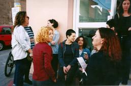 יחידים במינן, דפנה גנני וחנה סהר בפתיחת התערוכה, מרץ 1999