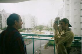 ספריה מזרחית, אוצרות שטח, יעקב רונן מורד מצלם את סמי שלום שטרית בביתו באשדוד מרץ 2000