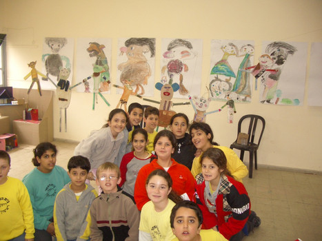 דיוקן קבוצתי עם עבודות בסדנא לאמנות רמת אליהו, פברואר 2004