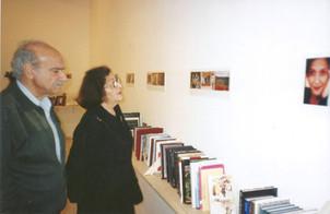 ספריה מזרחית, שמעון וגילה בלס מתבוננים בדיוקן רונית מטלון שצילם יעקב רונן מורד, מרץ 2000
