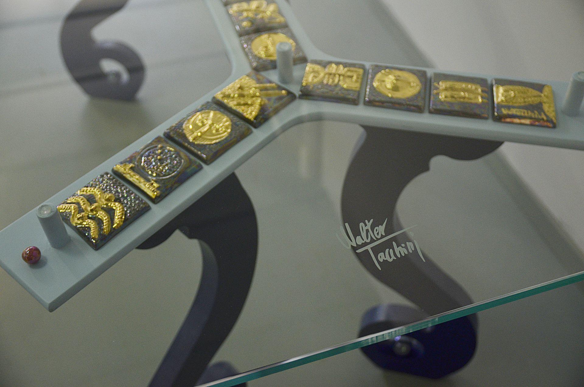 Tavolo con Dettagli oro Vetro