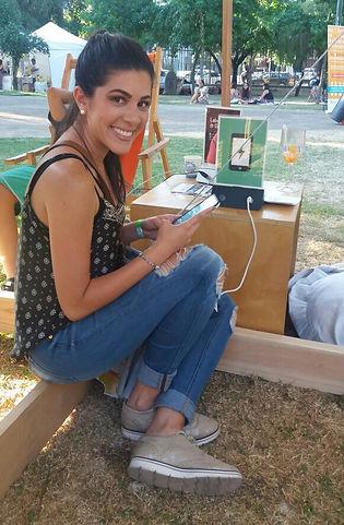 Una joven cargando el celular