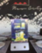 Un cargador Dockings con una publicidad de Redbull en un restaurant