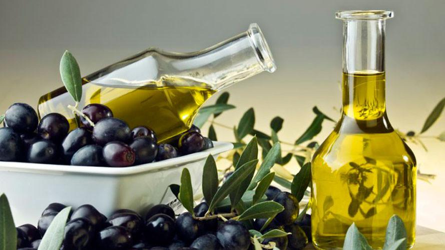 Olio di qualità in bottiglia con olive