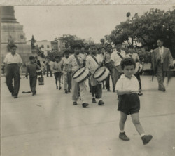 NIko leading a desfile -- ca.jpg