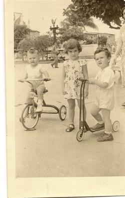 Foto en el Parque Centenario de Guayaquil, ca. 1954, el mas pequeno en el triciclo es Saul Suster.jp