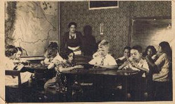 My sister Eveline (in the middle), Colegio Internacional, about 1937.jpg