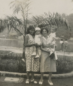 From left_  Rosa (_la muchacha_ of the Sifnaghel family),Niko Sifnaghel, Magda Koppel and her grands